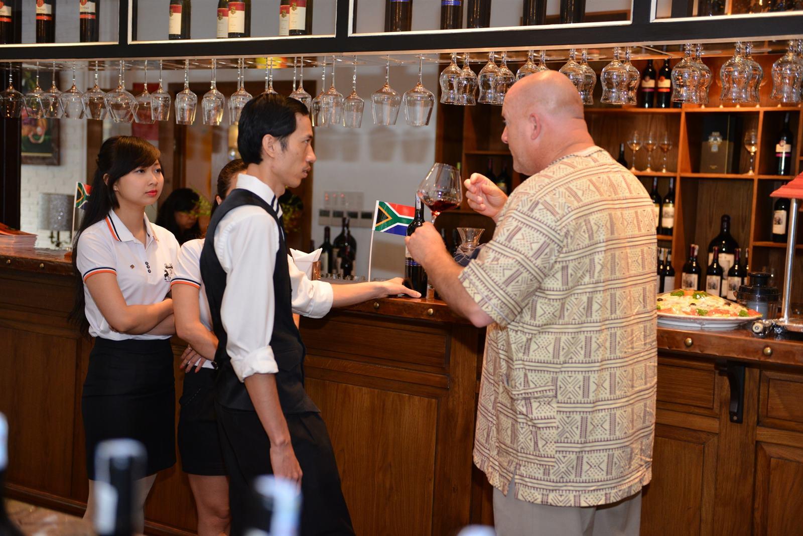Ông Mr. Martyn Mills giới thiệu về vang Nam Phi và cách thưởng thức