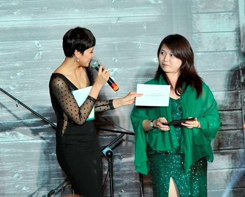 MC Phương Mai trao giải cho chị Hồng Nhung, người trúng giải lớn nhất của đêm tiệc