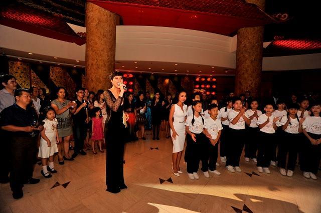 Thảo Trang, Phương Mai vui cùng các em nhỏ trong đêm tiệc