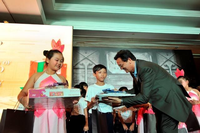 ÔngDavid Wicker - Tổng GĐ khách sạn trao quà cho các em có tranh đạt giải