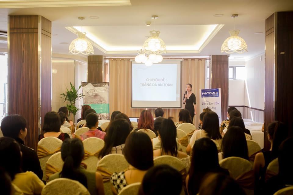 Gần 100 chị em phụ nữ đã đến tham dự, nghe chuyên da chia sẻ và đặt nhiều câu hỏi về chăm da sóc an toàn
