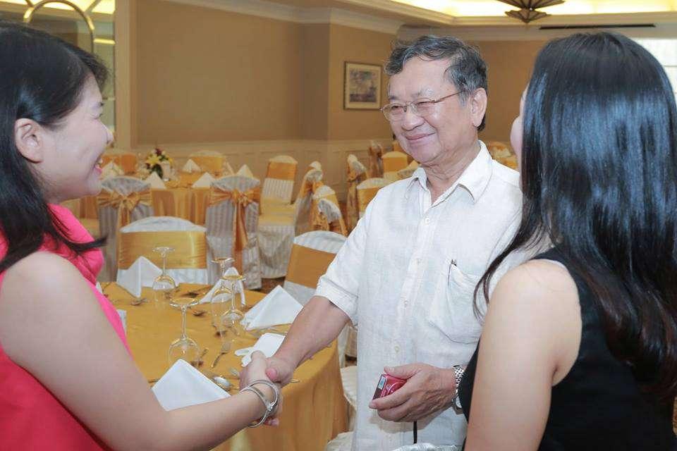 Nhà thơ - Bác sĩ Đỗ Hồng Ngọc trao đổi với chị Vân Anh (Host - người dẫn dắt chương trình) và chị Jenny (người sáng lập Eudoxia)