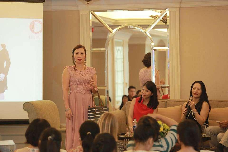 Chị Phương làm người mẫu hộ trợ cho trò chơi tìm lỗi trang phục