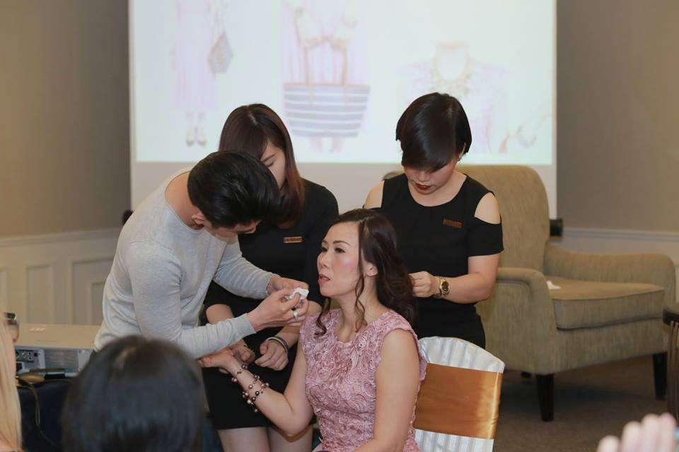 Nhóm chuyên gia làm đẹp hộ trợ chị Phương khắc phục lỗi trang điểm, tóc cho hợp với trang phục đang mặc