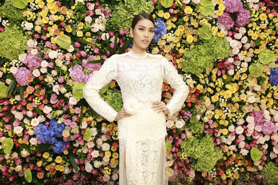 Lan Khuê đẹp hút hồn khoe sắc bên bức tường hoa được sắp đặt công phu