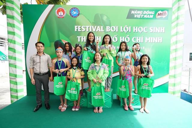 Đại diện Sở GDĐT trao thưởng cho các em thí sinh