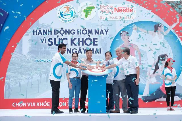 VIP _ Nghệ sĩ ưu tú Kim Xuân ấn nút biểu tượng logo phòng chống Đái tháo đường thể hiện cam kết