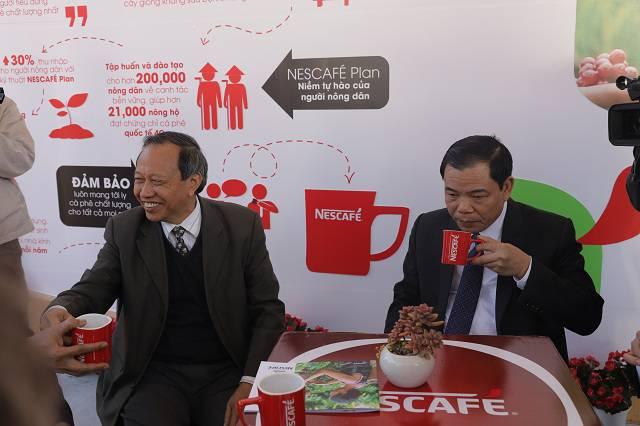 Bộ trưởng Bộ Nông nghiệp và phát triển nông thôn tới thăm gian triển lãm thành tựu Nescafe Plan tại Lễ hội cà phê