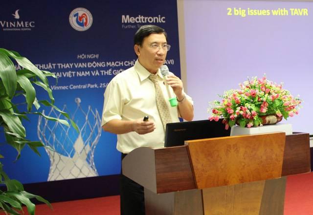 GS.TS.BS Võ Thành Nhân trao đổi chuyên môn tại một hội nghị quốc tế về phương pháp thay van động mạch chủ qua da (TAVI)