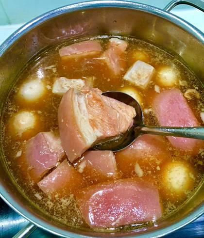 Cho một cục đá vào thịt sẽ có màu hồng. Ướp ít rượu nếp, món thịt kho có mùi thơm đặc trưng.