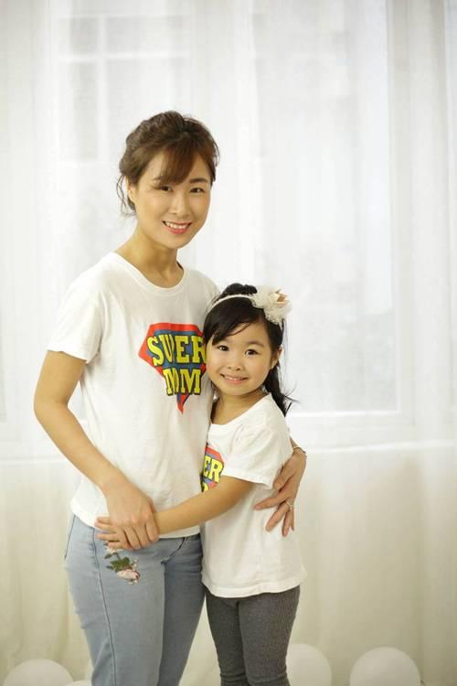 Chị Nguyễn Hồng và cô con gái nhỏ.