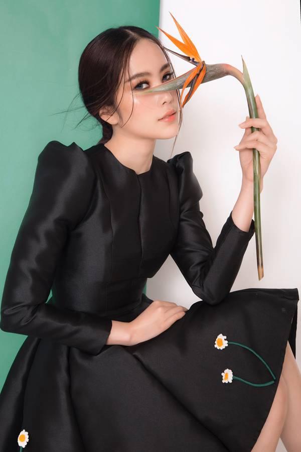 Bộ ảnh được thực hiện với sự hỗ trợ của nhiếp ảnh Nhân Phan, stylist Duy Dương, trang điểm Cúc Nguyễn.