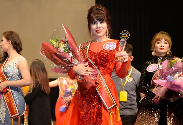 Phút đăng quang của Hoa hậu Sắc đẹp Thùy Dương