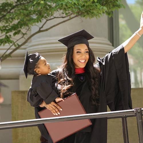 Người mẹ đơn thân da màu xuất hiện cùng con gái trong lễ tốt nghiệp của trường đại học danh tiếng bậc nhất nước Mỹ.